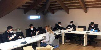 Gli atleti della Marini Delta aiutano il sindaco di Porto Viro preparando le mascherine - 1
